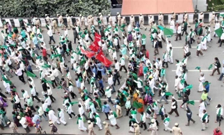 K'taka farmers stage protest rally against farm laws in B'luru